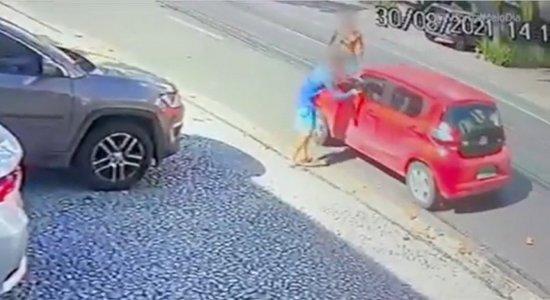 Vídeo: Idoso é abordado por três homens e assaltado em plena luz do dia no bairro de Boa Viagem, no Recife