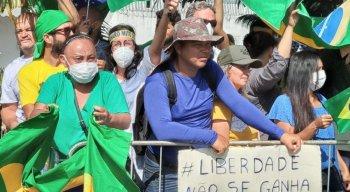 Apoiadores se espremem para aguardar chegar do presidente Bolsonaro