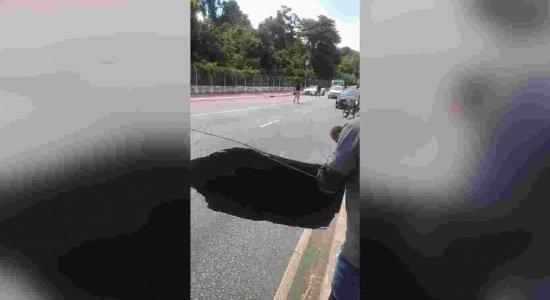 FAKE NEWS Vídeo que mostra enorme cratera em pista não é na Via Mangue, no Recife