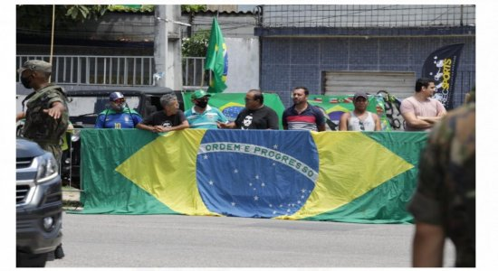 Apoiadores de Jair Bolsonaro aguardam chegada do presidente na base aérea do Recife; veja fotos e vídeos