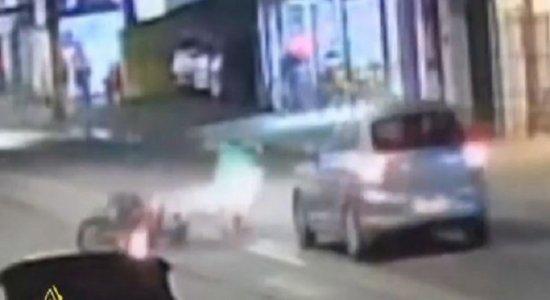 Vídeo: entregador por aplicativo cai de moto e quase é atropelado, após passar por desnível em pista no Recife