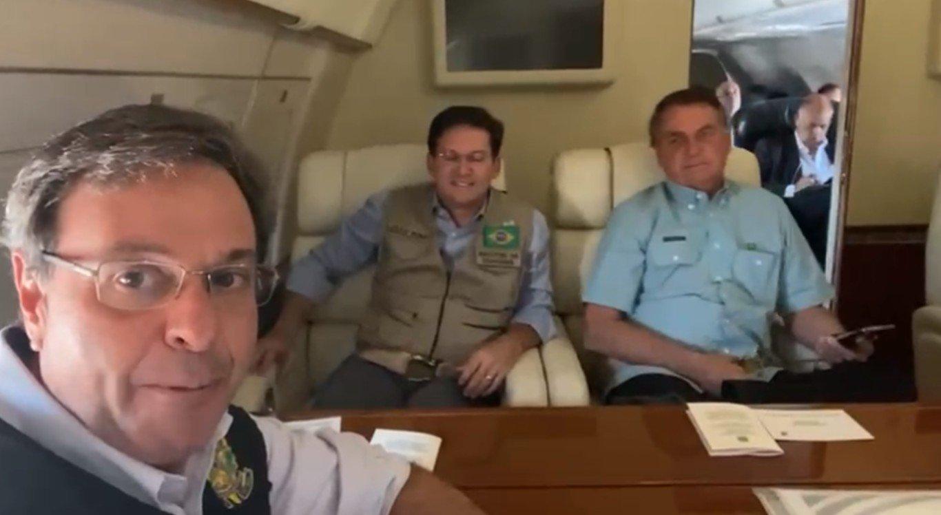 Bolsonaro aparece acompanhado de comitiva em avião