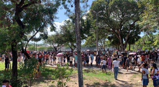 Covid-19: Falta de distanciamento e longas filas marcam mutirão de vacinação de adolescentes em Rio Doce, Olinda