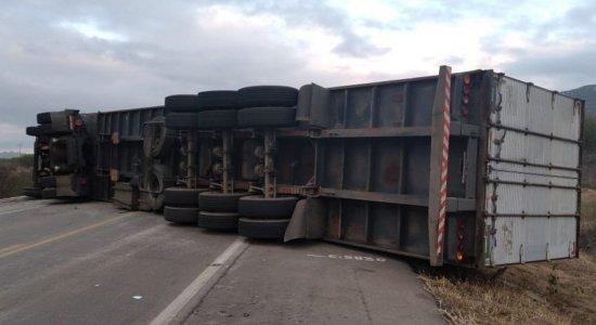 Motorista perde controle de caminhão e tomba fechando a via da BR-232, no Sertão de Pernambuco