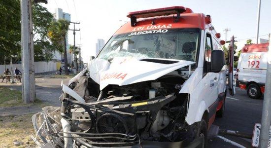 Acidente com ambulância do SAMU deixa paciente e mais quatro feridos na Zona Sul do Recife