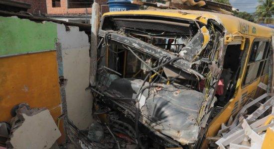Motorista de ônibus perde controle do veículo, invade residências e deixa 7 feridos em Paulista