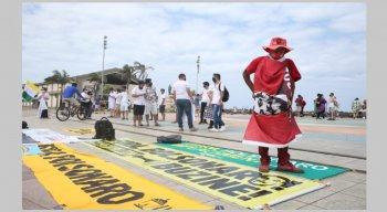 Manifestação contra Jair Bolsonaro no centro do Recife, neste domingo (12)