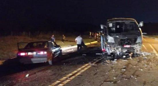 Acidente na BR-282 entre caminhonete e micro-ônibus com atletas de vôlei deixa três mortos em Santa Catarina