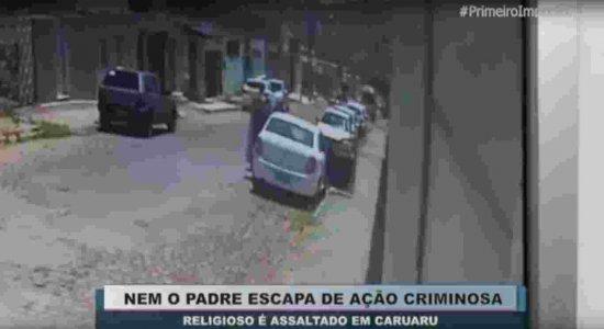 Vídeo: Padre é assaltado e tem carro levado por criminosos em Caruaru, no Agreste de Pernambuco
