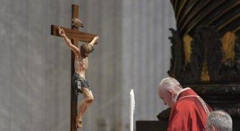 Papa Francisco faz oração diante da Cruz.