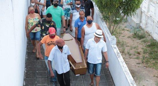 Sob forte comoção e dor, mulher trans morta com vários tiros é enterrada em Nazaré da Mata; veja imagens