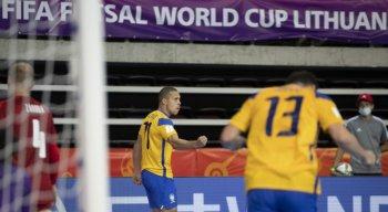 Jogadores do Brasil comemoram gol diante da República Tcheca na Copa do Mundo de Fustal da FIFA