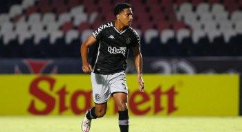 O zagueiro Miranda foi suspenso do futebol por tempo indeterminado pela Conmebol.