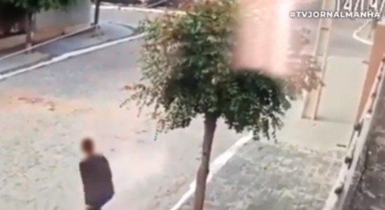 Câmeras flagram roubo de celular no Agreste de Pernambuco