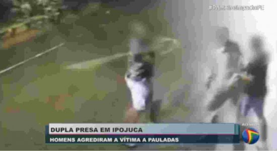 Imagens fortes: vídeo mostra dupla agredindo homem com paulada na cabeça durante assalto em Ipojuca; suspeitos foram presos