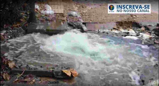Vídeo: Moradores denunciam vazamento de água limpa em Jaboatão dos Guararapes