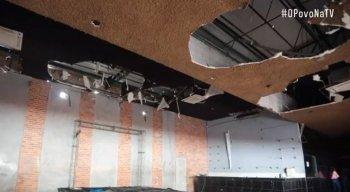 No salão da casa de shows, o cenário é de destruição