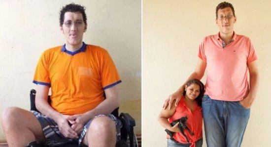 Homem mais alto do Brasil decide amputar perna por questões de saúde e pede ajuda para conseguir prótese