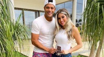 Hulk e Camila Ângelo anunciam gravidez