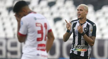 Rafael Navarro foi o destaque da partida contra o Náutico com dois gols.