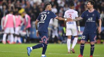 Neymar e Messi se cumprimentam depois de gol marcado pelo PSG.