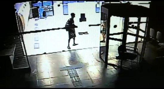 Vídeo: Criminosos arrombam agências da Caixa no Recife; suspeito ainda não foi localizado