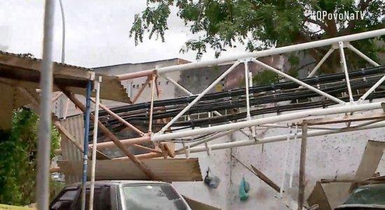 Antena de telefonia cai em cima de casas, danifica veículos e deixa feridos no Agreste de Pernambuco
