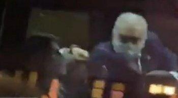 Vídeo: Ministro da Saúde, Marcelo Queiroga, se irrita e faz gestos obscenos para brasileiros que protestavam em Nova York