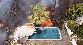 Imagens captadas por um drone mostram a lava chegando até a piscina de uma casa da ilha.