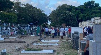 Corpo de dançarino assassinado no Metrô do Recife é enterrado em Santo Amaro, no Recife
