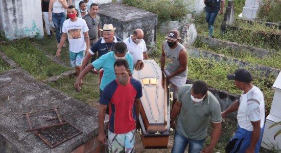 Corpo de mulher que morreu após ser baleada por criminosos é enterrado sob forte comoção em Abreu e Lima; confira imagens