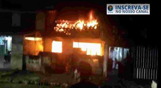 Vídeo: Incêndio de grandes proporções atinge residencia em Santo Amaro, área Central do Recife