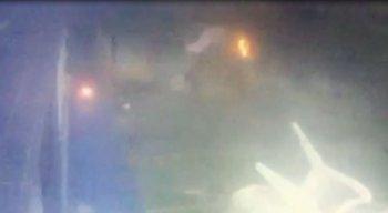 Câmeras de segurança flagram momento em que homem toca fogo em mulher em Olinda