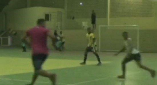 Vídeo: jogador de futsal é assassinado após partida de campeonato em Carpina, na Zona da Mata de Pernambuco