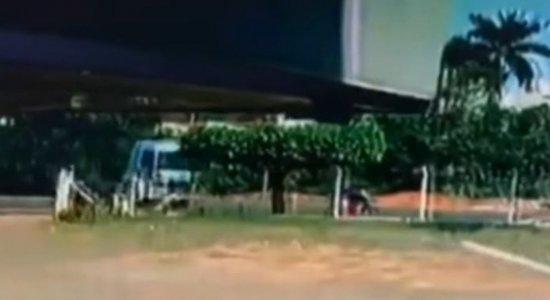 Vídeo: Motorista de caminhão perde o controle e atropela mulher; veículo chega a passar por cima da vítima