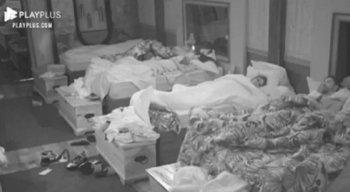 Quando as luzes se apagaram, a câmera saiu da cama de Nego e Day, mas dava-se para ouvir pedidos de Day para que Nego parasse.