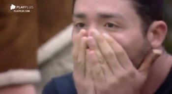 Rico, um dos participantes, leva as mãos ao rosto ao saber da expulsão de Nego do Borel.