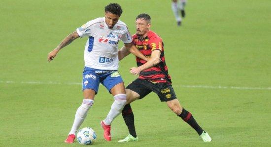 Jogadores de Sport e Fortaleza disputam a posse de bola.