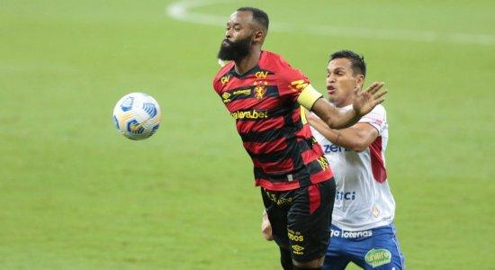Marcão tenta dominar a bola em disputa com o atleta do Fortaleza