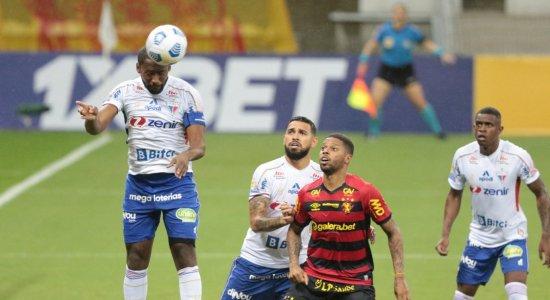 Zagueiro do Fortaleza faz o corte em jogada ofensiva do Sport.