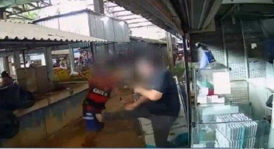 Vídeo: comerciante reage a assalto e suspeitos fogem no Grande Recife; Suspeito teria atirado duas vezes na vítima e arma não disparou