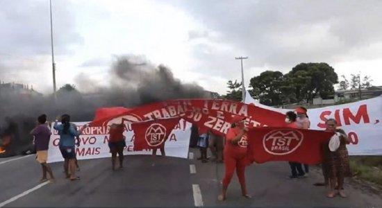 Protestos por moradia em diferentes pontos travam o trânsito no Recife na manhã desta terça (28) e devem seguir na quarta (29); veja situação agora