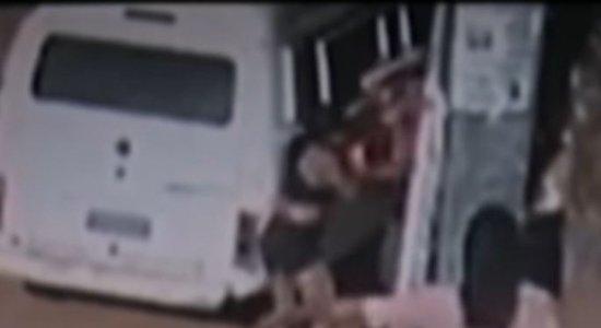 Mulher ataca ex do marido com golpes de facão; briga foi motivada por ciúmes