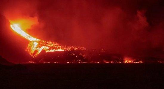 Após parte de cratera desabar, aumenta volume do rio de lava do vulcão Cumbre Vieja