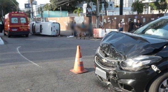 Ambulância se choca contra carro de passeio e tomba na Av. Agamenon Magalhães; há vítimas