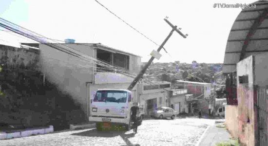 Caminhão perde controle em ladeira, derruba poste  e moradores ficam sem energia no Ibura, Zona Sul do Recife