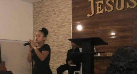 VÍDEO: jovem que foi morta e concretada em parede era evangélica e cantava na igreja