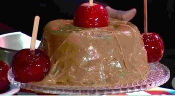 Receita de Bolo de Chocolate com Maça do Amor e Churros
