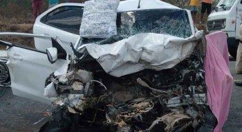 O acidente envolvendo dois carros deixou seis pessoas mortas e duas feridas