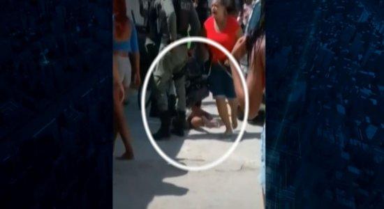 Vídeo: adolescente é imobilizada com joelhos de policial no Recife